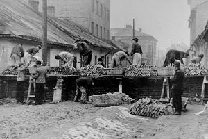 Forced laborers constructing the wall around the Kraków ghetto, 1941. US Holocaust Memorial Museum, courtesy of Instytut Pamieci Narodowej